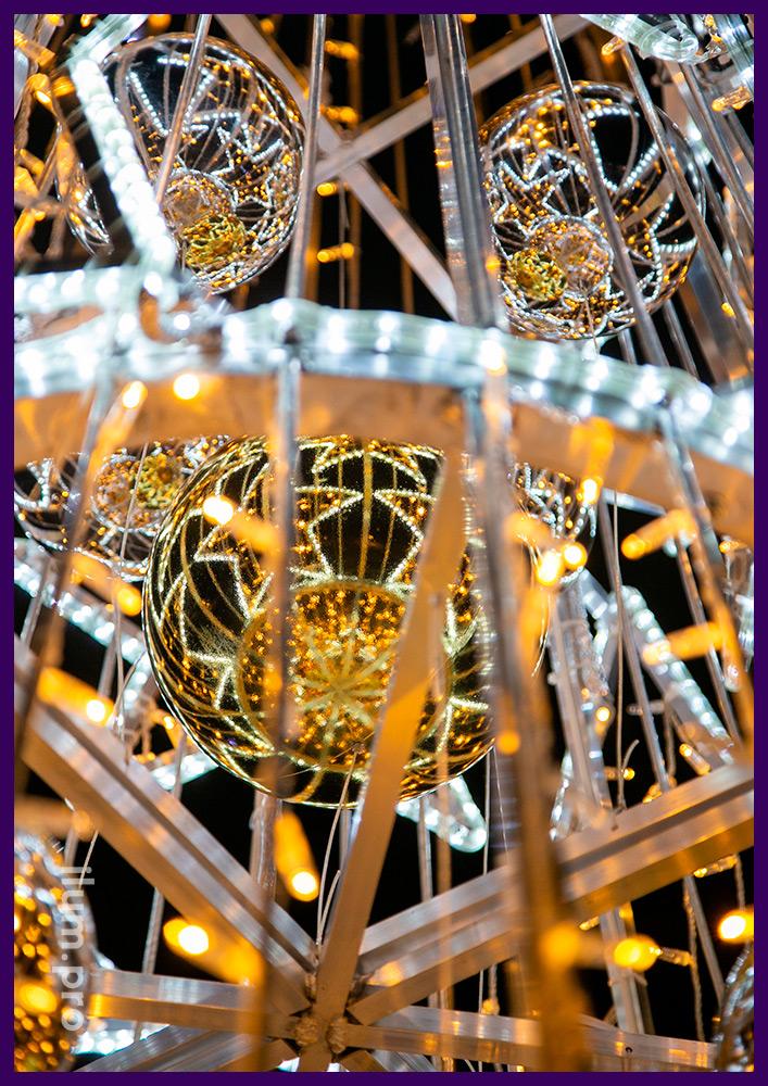 Украшение двора дома светодиодной ёлкой со звёздами из алюминиевого каркаса и гирлянд разных цветов