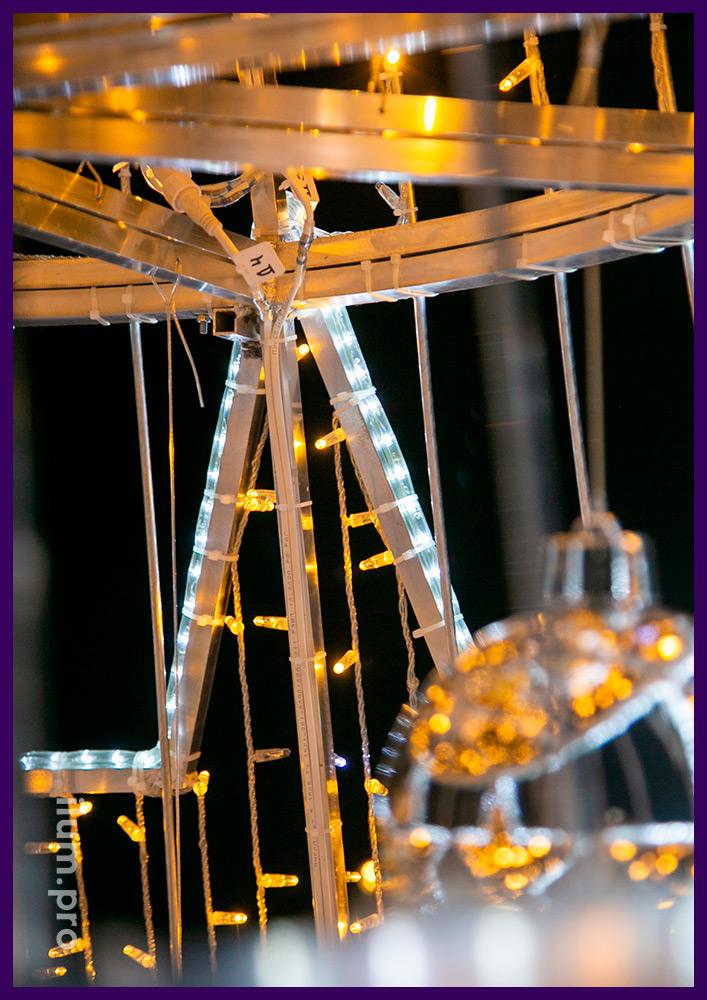 Ёлка с макушкой в форме звезды, пластиковыми игрушками и светодиодными гирляндами тёплых оттенков