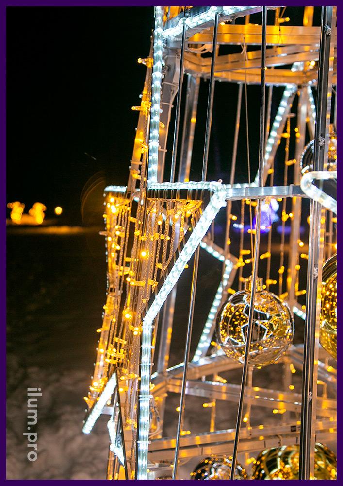 Украшение двора дома светодиодной ёлкой со звёздами из матового дюралайта и разноцветных гирлянд на прозрачном проводе