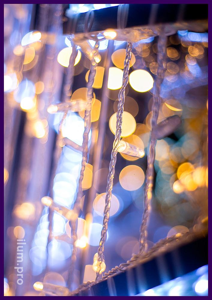 Украшение участка в Подмосковье новогодней ёлкой с гирляндами и дюралайтом со степенью защиты IP65