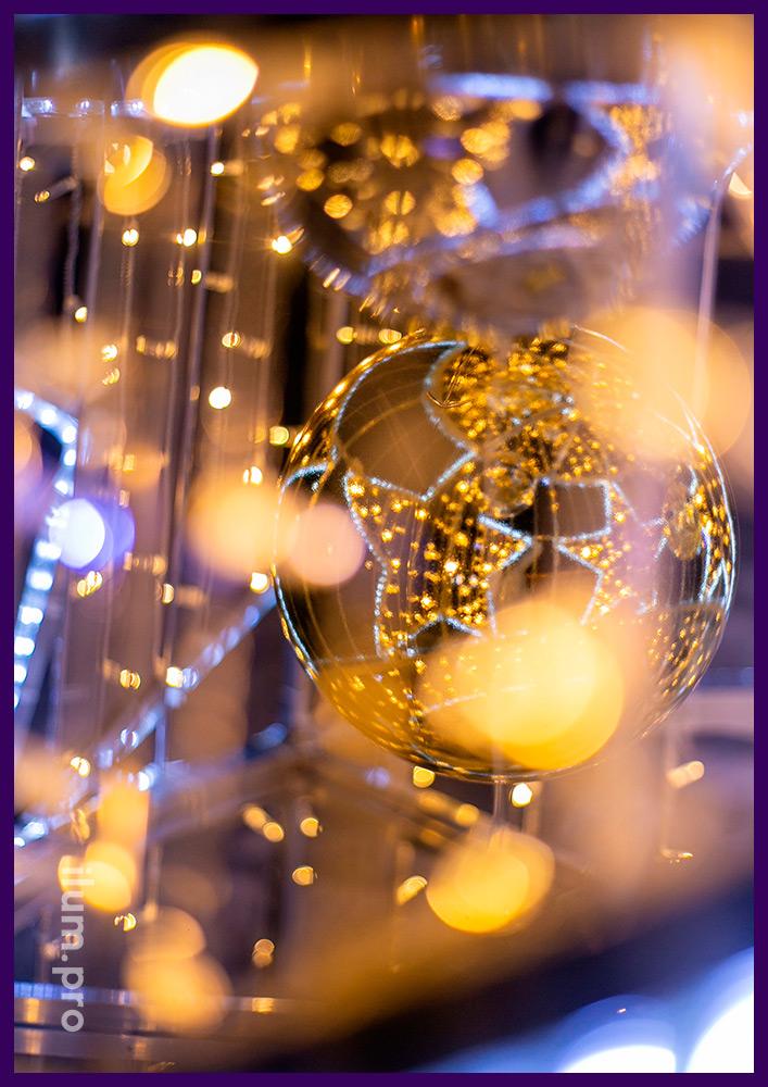 Новогоднее украшение двора дома светящейся ёлко�
