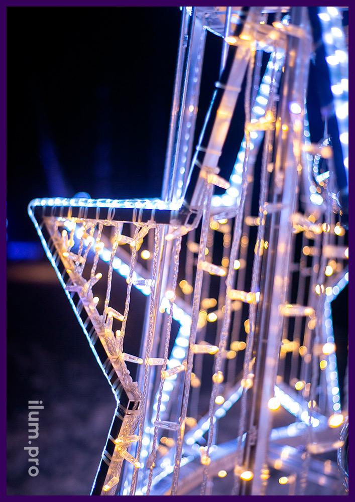 Ёлка Звездопад с гирляндами, дюралайтом и пластиковыми шарами разных цветов и размеров