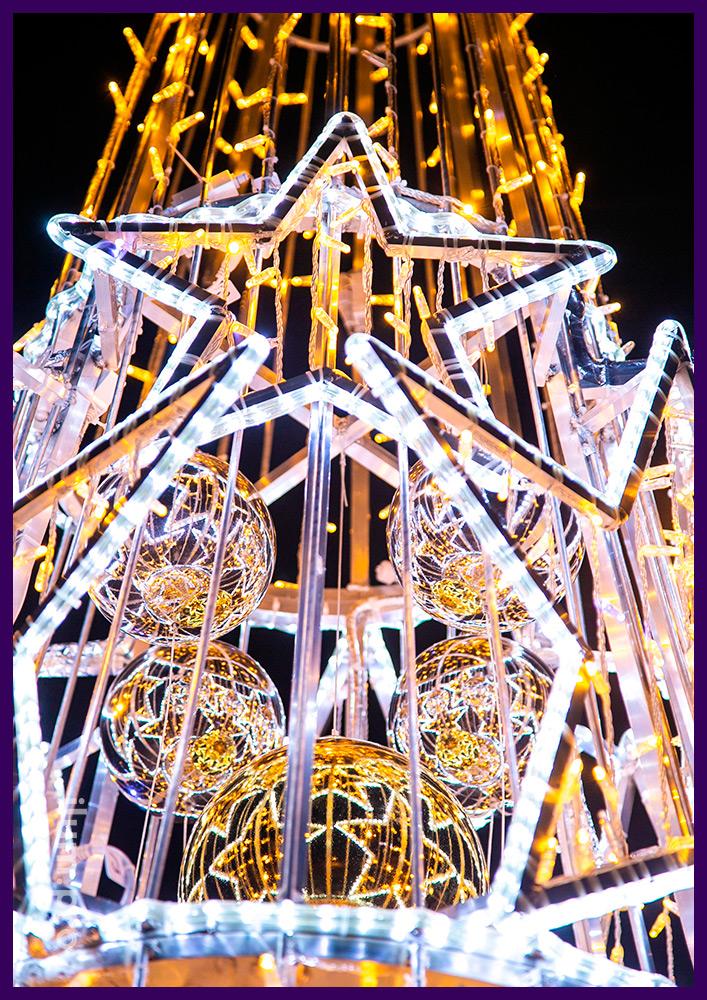 Новогодняя декоративная композиция из металла, разноцветных пластиковых шаров золотого цвета и гирлянд