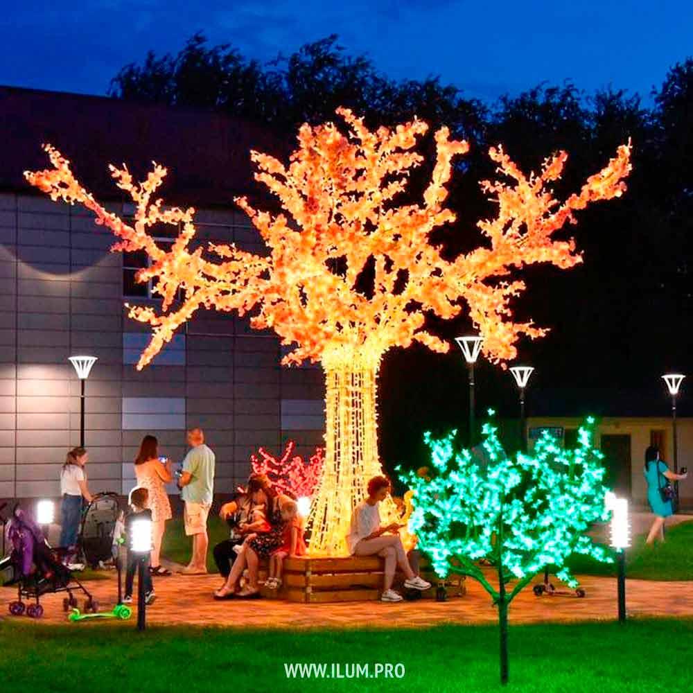 Светящееся дерево с гирляндами на площади Светлограда