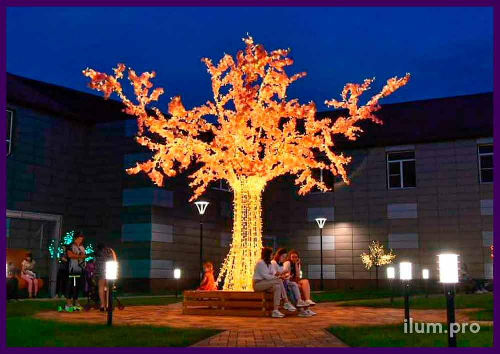 Светящееся дерево со скамейкой в основании и цветами с гирляндами на ветках