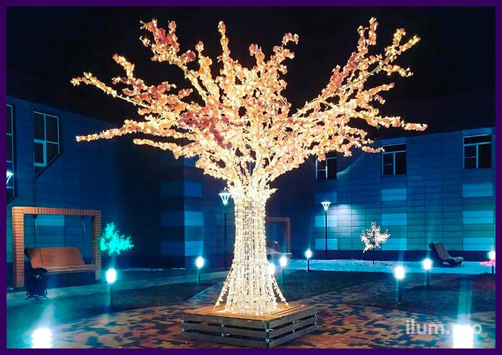Установка в парке большого светящегося дерева из металла и светодиодной иллюминации