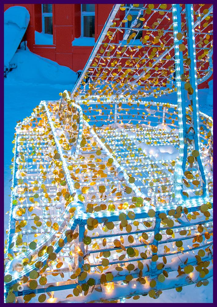Уличная иллюминация с профессиональными разноцветными гирляндами и дюралайтом на металлическом каркасе в виде рояля
