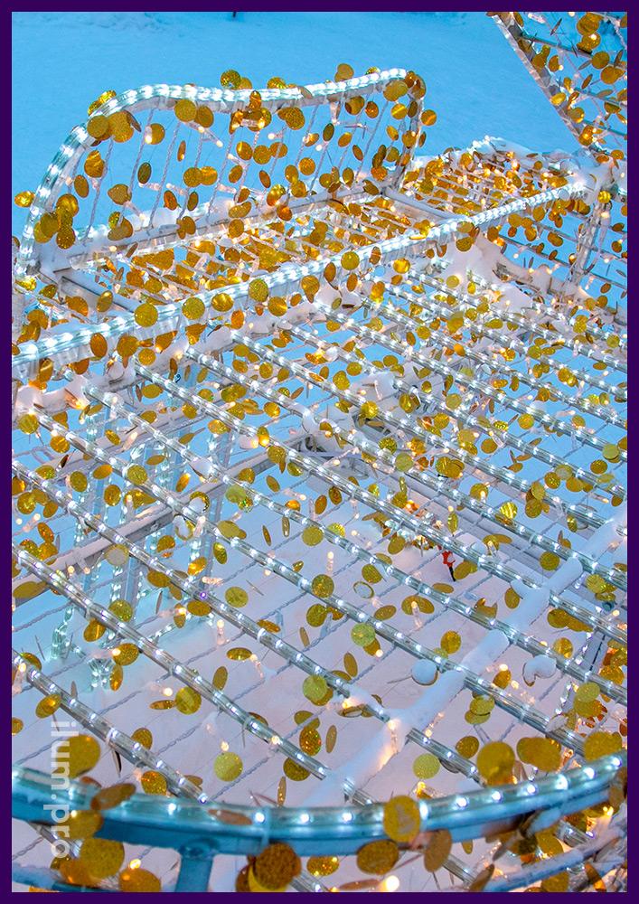 Уличная иллюминация с золотыми блёстками из голографического пластика на Новый год в ЯНАО