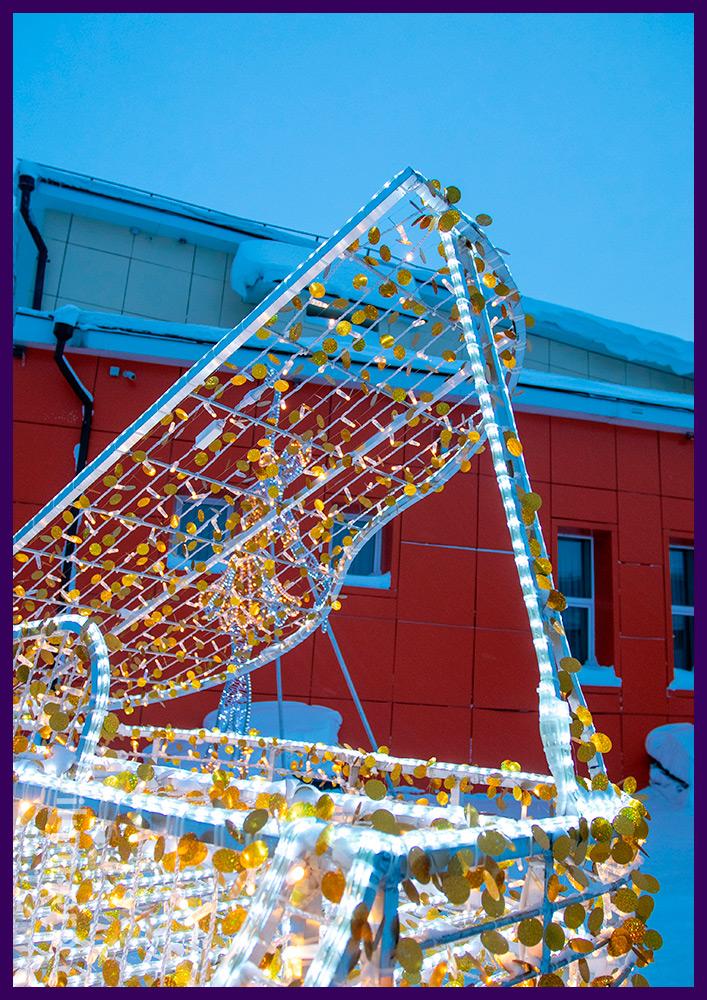Новогодние декорации для улицы в форме рояля с гирляндами и белым дюралайтом