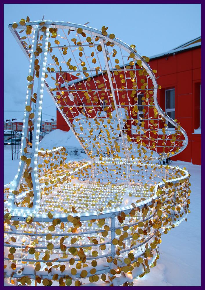 Рояль со светодиодными гирляндами и золотыми блёстками на металлическом каркасе