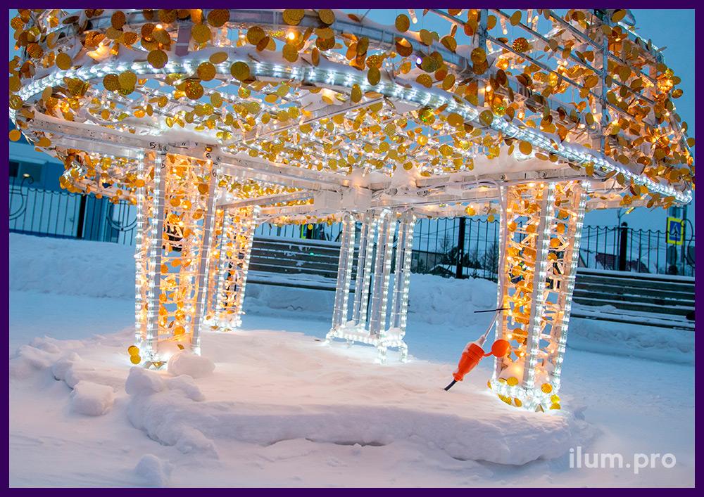 Декор территории на новогодние праздники светодиодной фигурой рояля с гирляндами