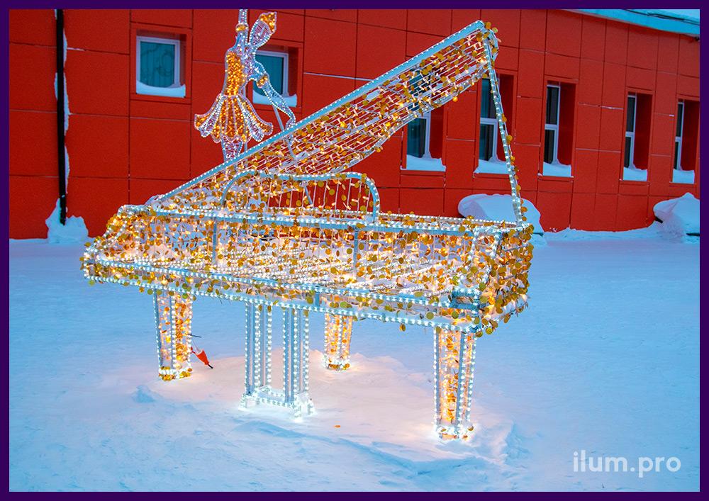 Рояль с белыми гирляндами и золотыми блёстками для украшения музыкальной школы