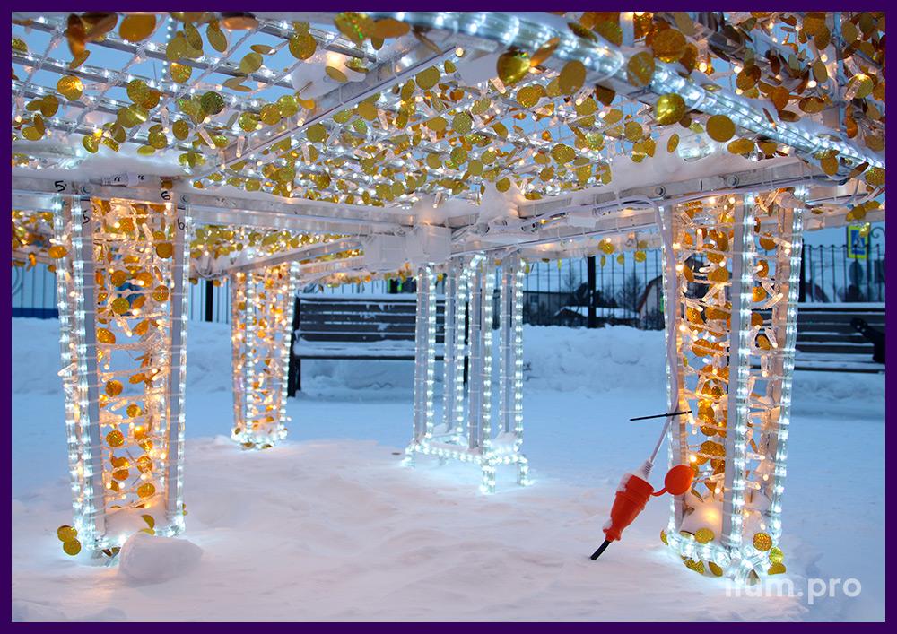 Рояль с уличными гирляндами и золотыми блёстками, подсветка контуров белым дюралайтом