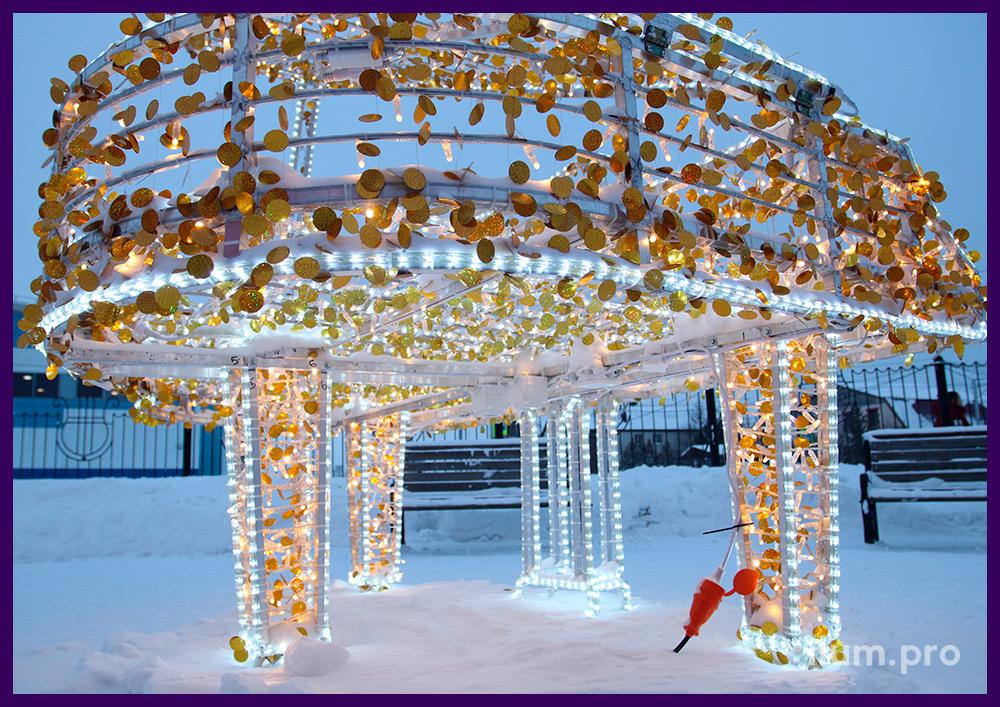 Рояль с гирляндами тёпло-белого цвета и белыми контурами из дюралайта на Новый год