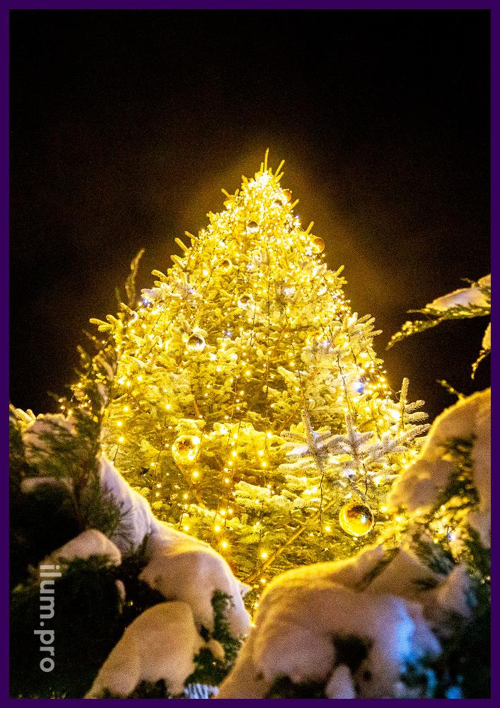 Оформление территории светодиодными фигурами снеговиков из мишуры и гирлянд, подсветка ёлки и золотые шары