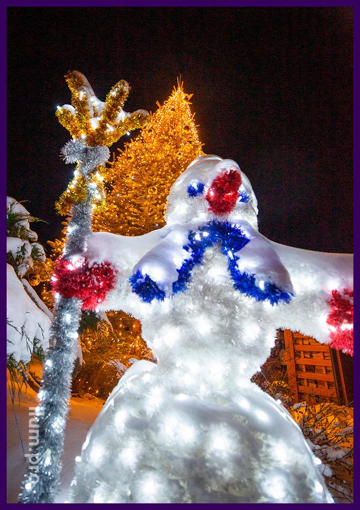 Новогодняя иллюминация для ёлки, игрушки золотого цвета и снеговик из мишуры и светодиодных гирлянд