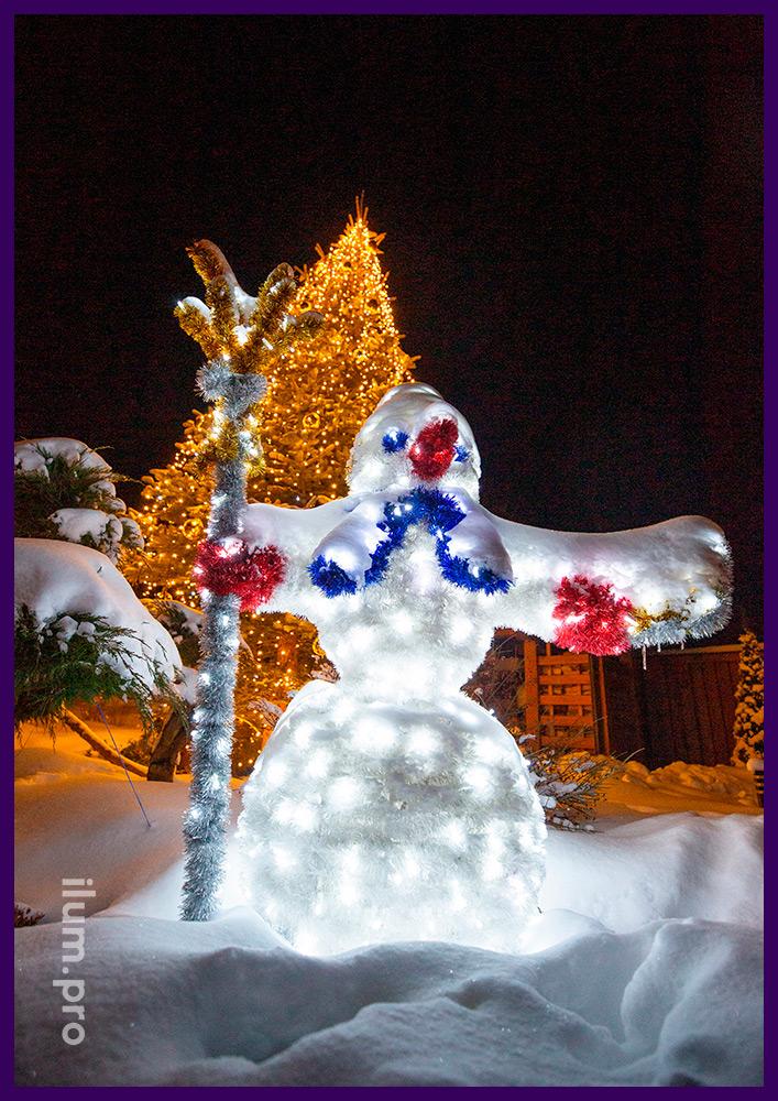 Подсветка живой ёлки во дворе дома светодиодными гирляндами тёплых оттенков и украшение золотыми шарами