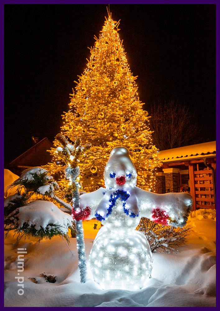 Гирлянды тёпло-белого цвета и золотые шары из пластика на живой ёлке, снеговик из мишуры во дворе дома