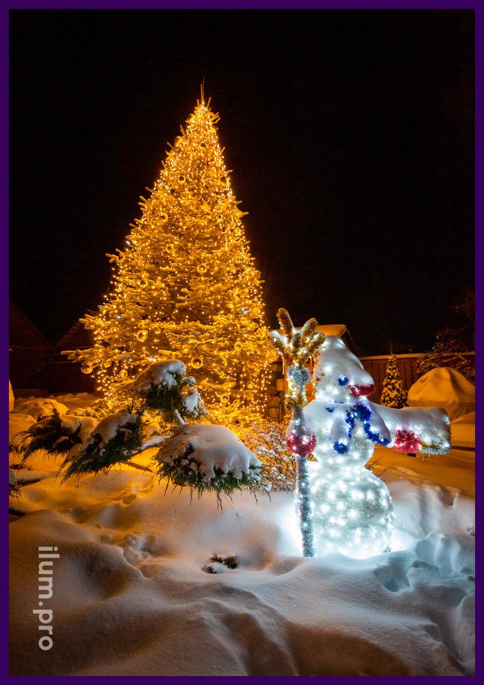 Светодиодные гирлянды тёпло-белого цвета, снеговик и ёлочные игрушки для живой ели во дворе дома