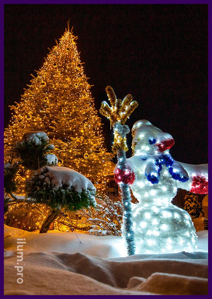 Новогоднее украшение ёлки во дворе дома светодиодными гирляндами тёплых оттенков и уличными игрушками из пластика