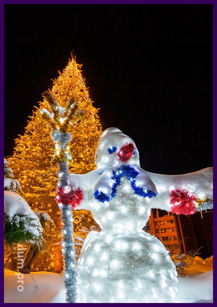 Новогодняя иллюминация во дворе дома, подсветка ёлки гирляндами, золотые игрушки и светодиодный снеговик из мишуры