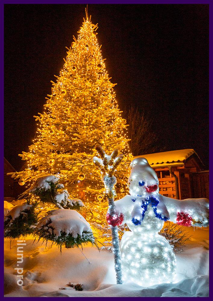 Украшение двора дома фигурой снеговика с гирляндами и мишурой и освещение ёлки иллюминацией с игрушками