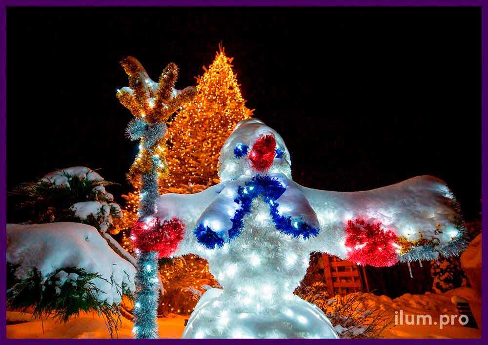 Украшение территории частного коттеджа фигурой снеговика с гирляндами и мишурой, подсветка ёлки