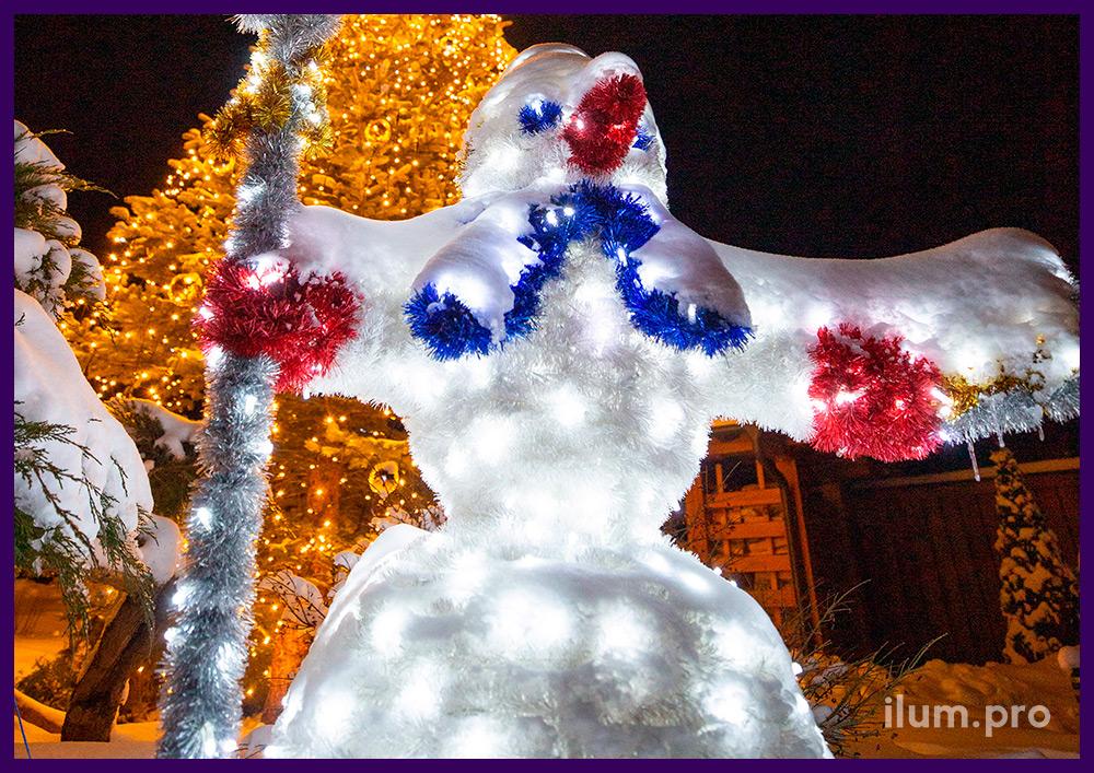 Новогодняя фотозона с иллюминацией, гирлянды с игрушками на ёлке и фигура снеговика