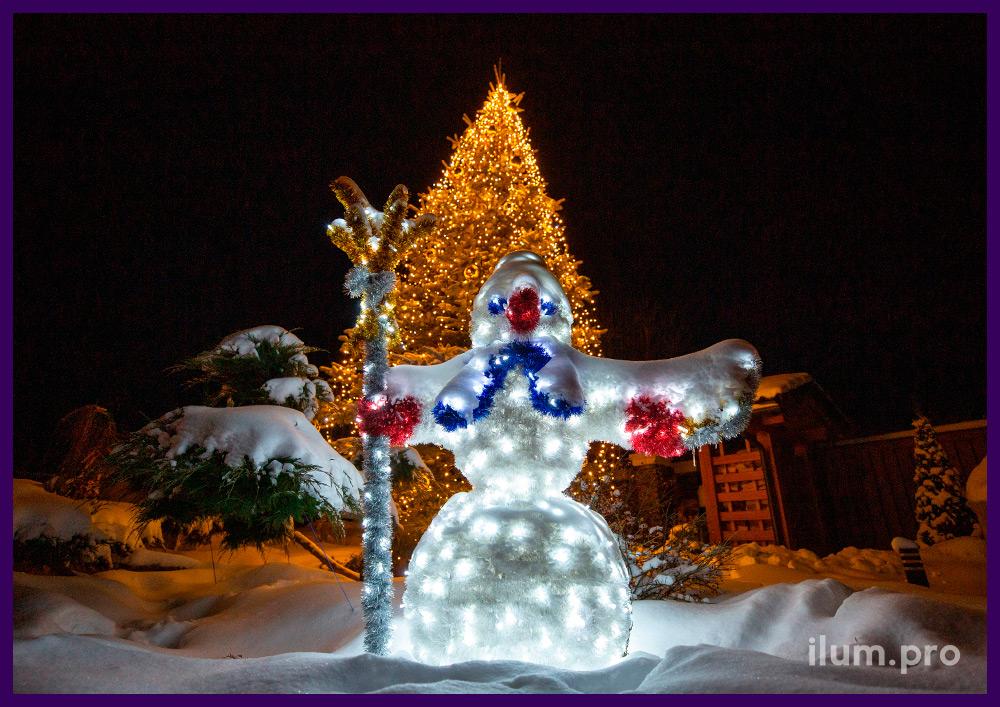 Новогоднее украшение двора дома светодиодными фигурами с мишурой, гирляндами и золотыми шарами