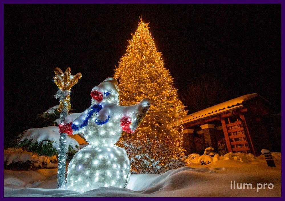 Новогоднее украшение двора дома фигурой снеговика с мишурой и иллюминация с игрушками на ёлке