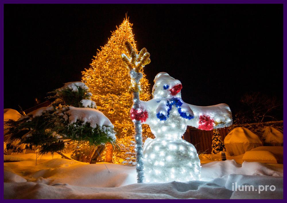 Подсветка ёлки уличными гирляндами, украшение золотыми шарами и снеговик из мишуры и гирлянд на металлическом каркасе