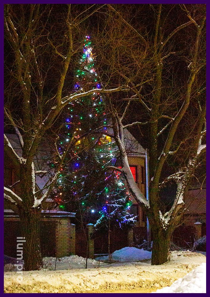 Украшение ёлки новогодними гирляндами с хорошей защитой от влаги и пыли и низким энергопотреблением