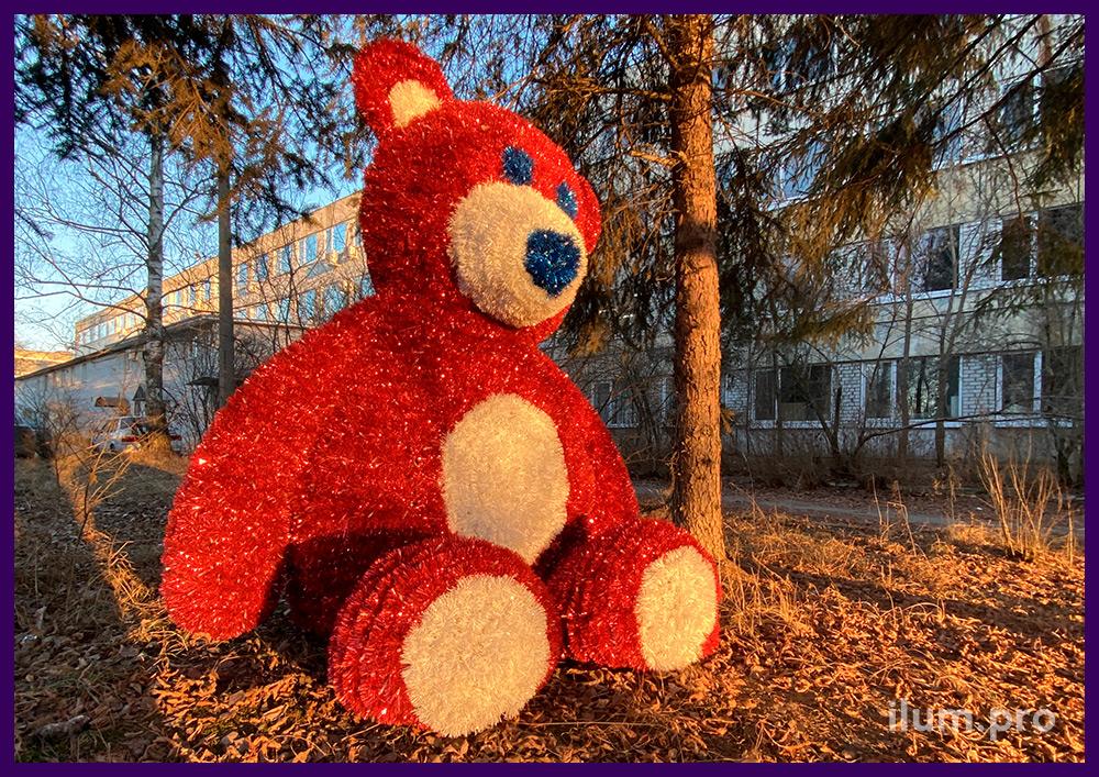 Мишка плюшевый в парке с металлическим каркасом и гирляндами