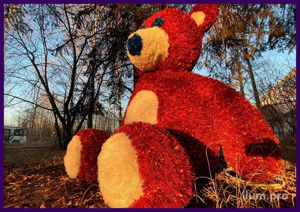 Фигура плюшевого медведя для установки в парке, покрытие уличной мишурой и подсветка иллюминацией