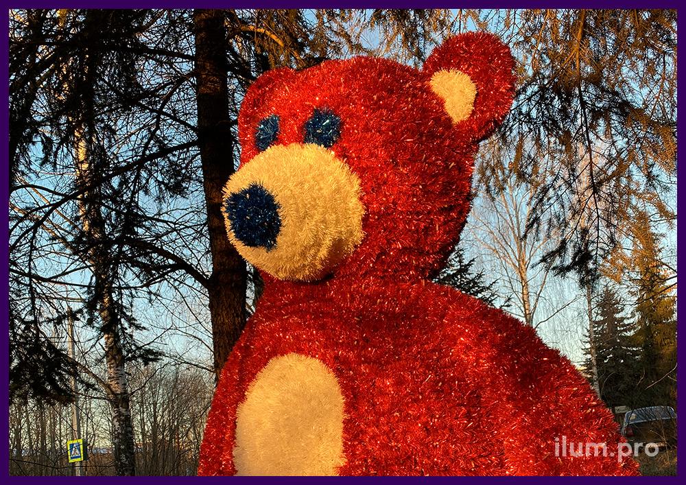 Оранжевая фигура медведя с гирляндами и пушистой мишурой для украшения сквера