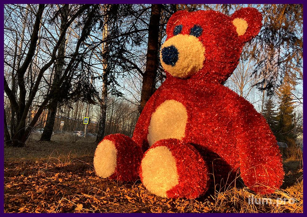 Фигура плюшевого медведя из пушистой мишуры на металлическом каркасе