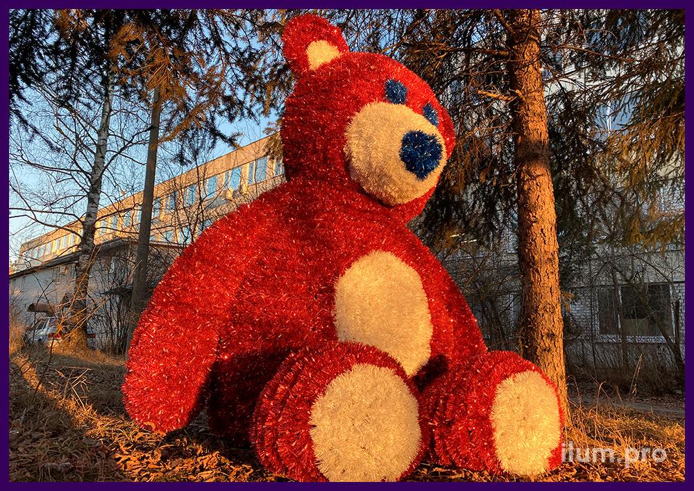 Фигура медведя из гирлянд и пушистой мишуры для украшения парков и скверов