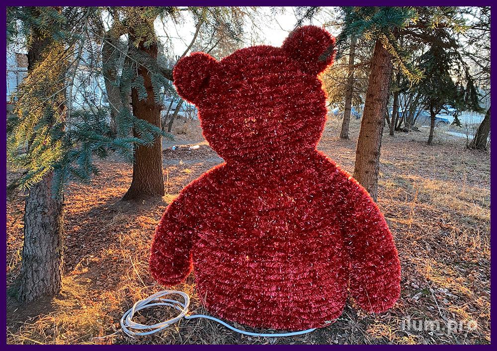 Разноцветная фигура медведя с блестящей мишурой на алюминиевом каркасе в парке