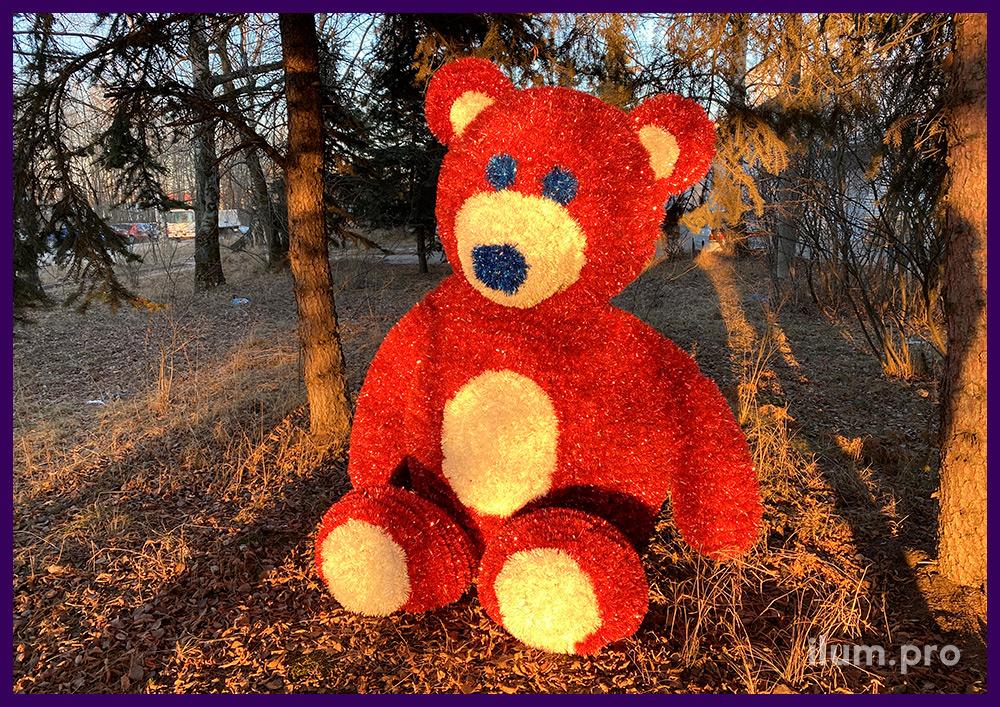 Новогодняя фигура медведя с пушистой мишурой и уличными гирляндами в парке