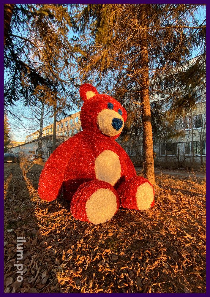 Плюшевый медведь из мишуры и гирлянд на металлическом каркасе