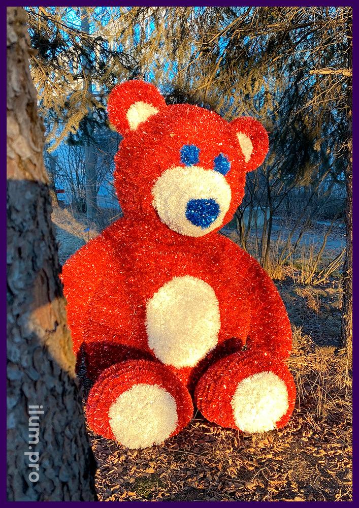 Красно-белая фигура медведя из блестящей мишуры и светодиодной иллюминации