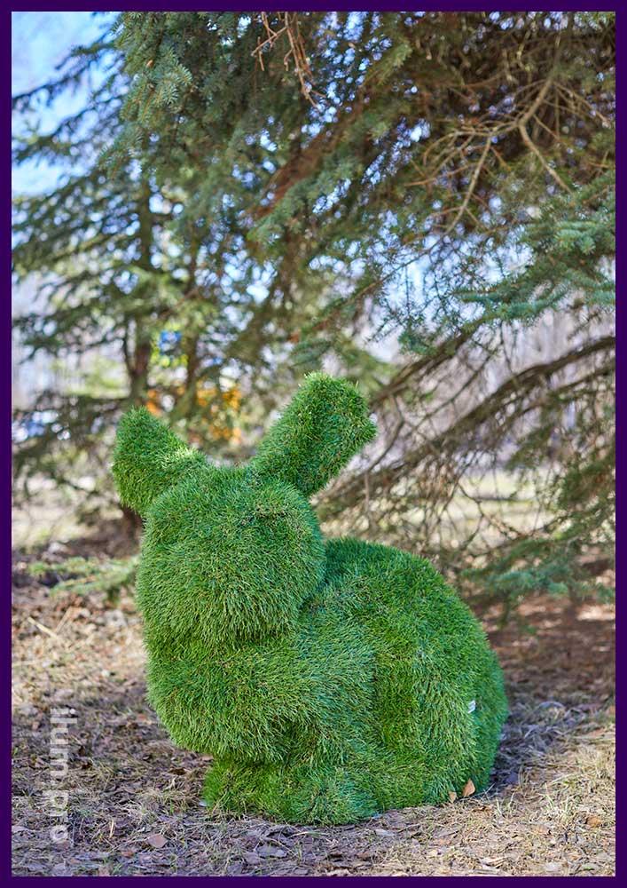 Пара зайцев топиари из зелёной искусственной травы на прочном каркасе