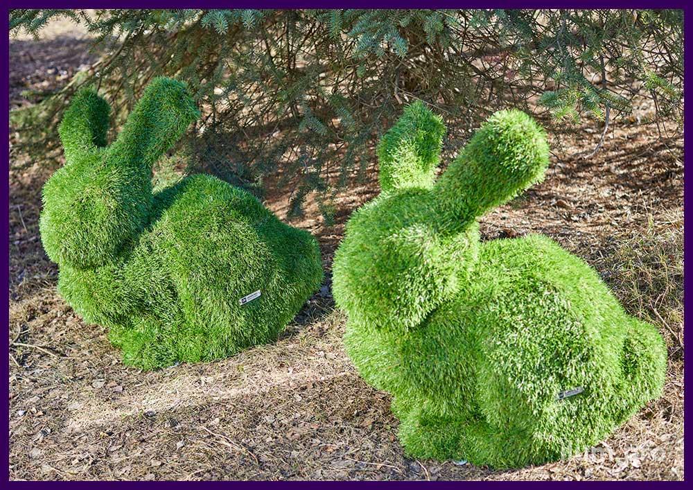 Ландшафтные фигуры топиарии в форме кроликов с зелёным газоном на поверхности