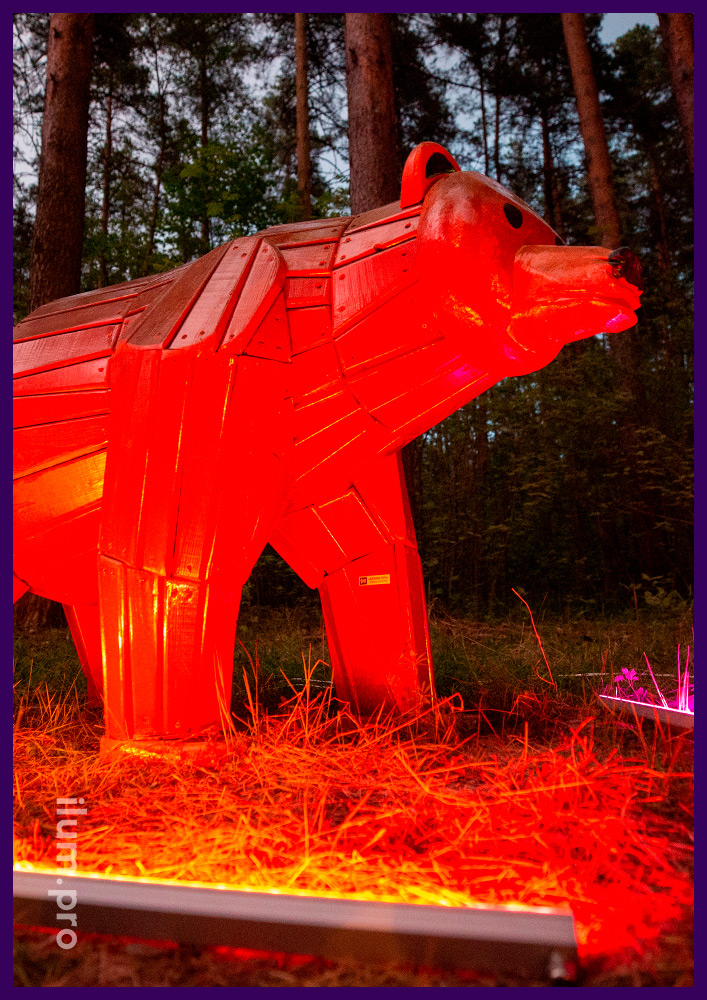 Фотозона в парке - деревянная фигура медведя с защитой от осадков и солнечных лучей
