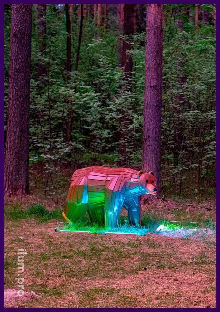 Коричневая фигура медведя из дерева с пропиткой антисептиком и атмосферостойкой краской