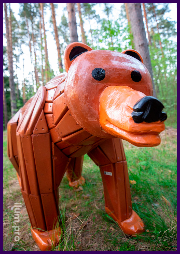 Медведь из натурального дерева в городском парке, арт-объект для детской площадке