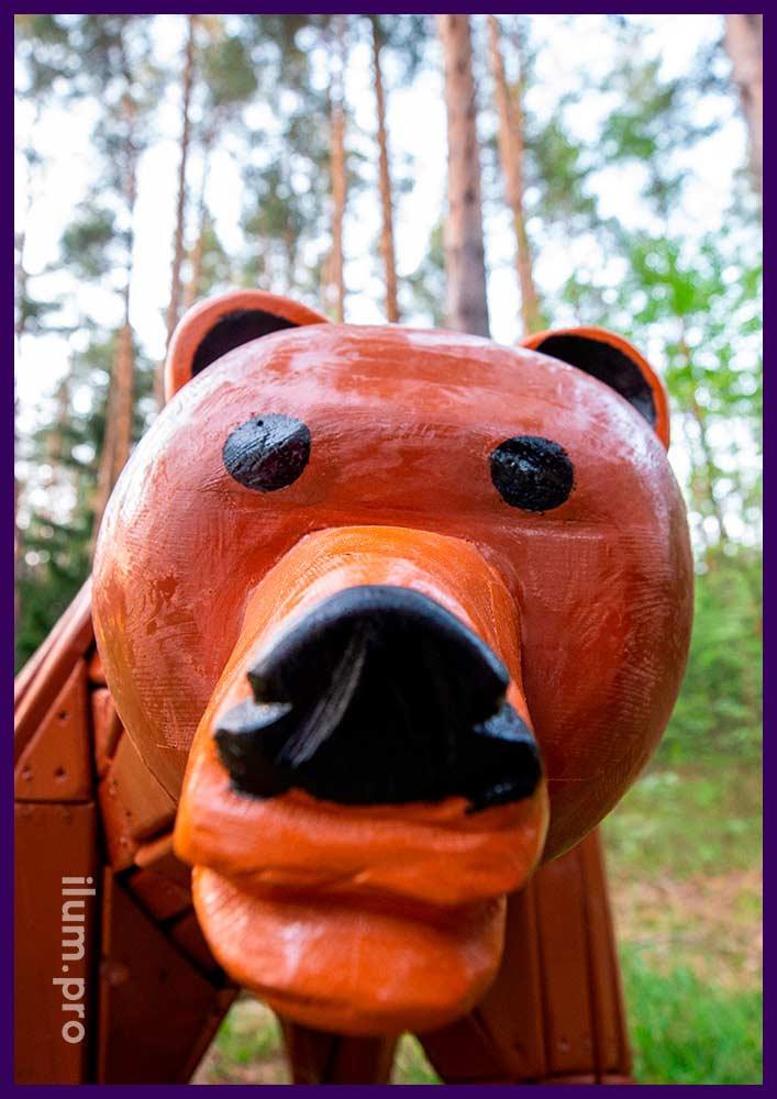Медведь крашеный в парке, разноцветная фигура из натурального дерева