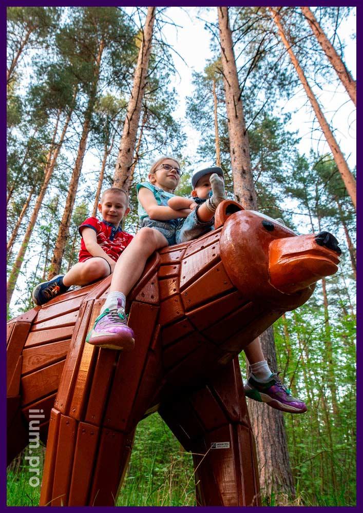 Фигура медведя, деревянный арт-объект в качестве фотозоны на детской площадке
