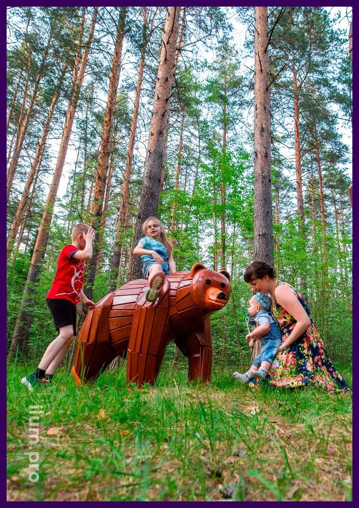 Деревянная садово-парковая скульптура медведя с пропиткой антисептиком и износостойкой краской