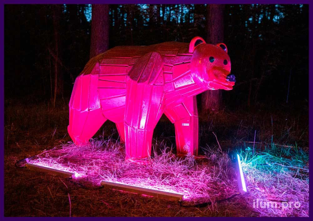 Медведь деревянный коричневого цвета, установленный в городском парке на детской площадке